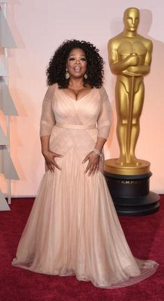 Estee and Lindsey loved Oprah Winfrey's look, while Rebecca thought the cleavage was over the top at the 2015 Oscars/Academy Awards Red Carpet. Plus size. Vestidos Plus Size, Plus Size Dresses, Plus Size Outfits, Mom Dress, Oprah Winfrey, Bridesmaid Dresses, Wedding Dresses, Red Carpet Looks, Hollywood Glamour