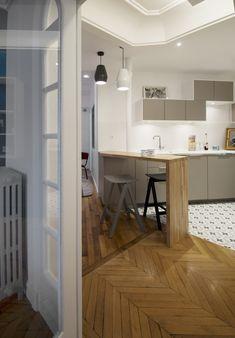 Bar en bois massif, cuisine Ikéa, carrrelage façon carreaux de ciment, plan de travail céramique effet marbre - Rénovation d'un appartement Art Déco dans un style nordique - Agence Avous - Architecture Intérieure - Paris
