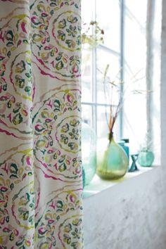 Υφασμα για κουρτινες της συλλογής Tamaris του οίκου Camengo Γαλλίας, από βαμβάκι και λινό. Θα τα βρείτε στο Moketino Living (Κηφισίας 228, Κηφισιά). / Cotton and linen floral curtain fabrics from Tamaris collection by Camengo.