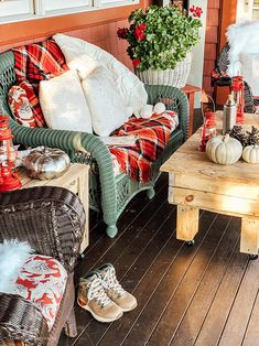 Cozy Cabin Style Vermont Porch Thrifting the look for a cozy cabin decor style. Cozy Cabin, Cozy House, Hygge, Diy Garden Table, Fall Table Centerpieces, Wrought Iron Chairs, Vintage Lanterns, Halloween Porch, Floating