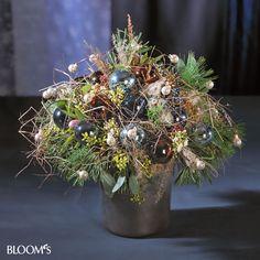 Weihnachtlicher Blumenstrauß mit Christbaumkugeln