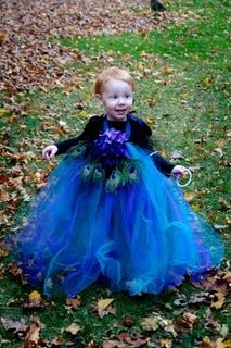 Peacock Halloween Costume: no-sew tutu made from three different colors of tulle, a flower and peacock feathers. #peacock #halloween #tutu