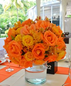 #Bodas Centro de mesa en colores amarillos y naranjas en Quinta Pavo Real del Rincón www.pavorealdelrincon.com.mx