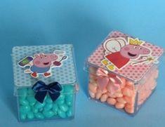 Caixinhas acrilica transparente Peppa Pig. Dentro vc pode colocar guloseimas( nao acompanha a lembrancinha) Fazemos em todas as cores e personagens, consulte nos. Pedido minimo de 20 unidades. R$ 3,99 Aniversario Peppa Pig, George Pig, Pig Party, Gift Wrapping, Baby Shower, Kids, Packaging, Cute Notebooks, Peppa Pig