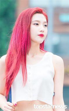 Joykhiến fan ngẩn ngơ với mái tóc hồng sáng pha chút ánh đỏ.