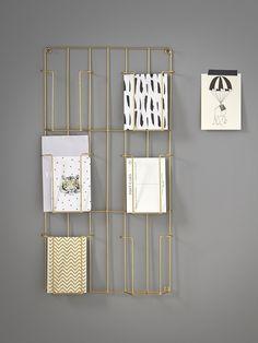 Pour afficher des photos ou ranger les courriers, le porte-cartes se réinvente dans toutes les pièces de la maison. Un rangement mural, original et dé