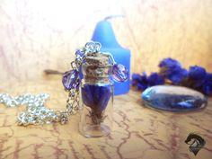 Mini botellas flor seca violeta. Colgante de fantasía. Cadena Plateada y bronce. de LOKAMIS en Etsy