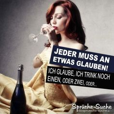 Erotisch angezogene Frau mit langen dunklen Haaren trinkt Wein aus einem Weinglas