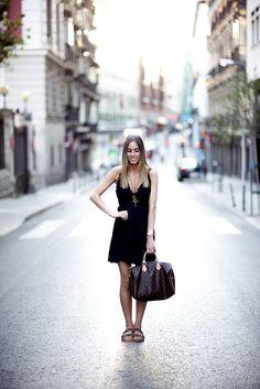 www.absolutelyberta.com #blackdress #blogsmoda #fashionblog #lookbook #louisvuitton #uglysandals #oysho #streetstyle