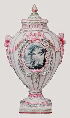 Émile Gallé, Vase couvert de style Louis XVI en faïence émaillée médaillon central à paysage animé c. 1880 - H, 33 cm