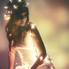 Week 50/52 : Fairy lights by ilovestrawberries (Carmi), via Flickr    couronne de lumiere dans les cheveux