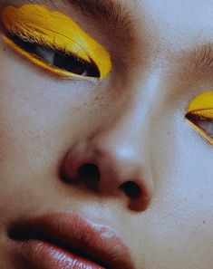 ✨ Bold eyes & dewy skin ✨ Loving the simplicity of this eye-catching, bright pop of color paired with glossy lips and bare skin 😍🤗 ▫️ ▫️ ▫️ Makeup Trends, Makeup Inspo, Makeup Art, Eye Makeup, Witch Makeup, Makeup Ideas, Clown Makeup, Halloween Makeup, Art Visage