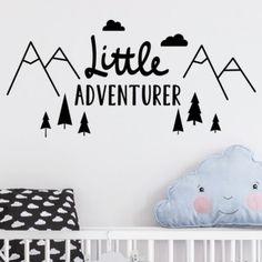 Muursticker Little Adventurer | Deze muursticker is leuk voor iedere baby- of kinderkamer. Het is een super leuk accessoire voor de kleine wereldreiziger! De muursticker bestaat uit losse onderdelen. Deze losse stickers zijn gemakkelijk aan te brengen op vlakke, gladde en schone onderlagen zoals een muur, kast of deur. #muursticker #littleadventurer #kids #reisaccessoires