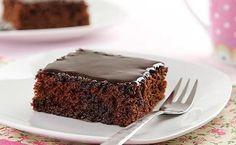 Bolo de Chocolate Simples e fácil de fazer: Confira uma receita de nega maluca com cobertura e uma ideia de acompanhamento do bolo de chocolate com sorvete.