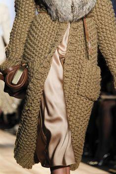 Вязаная мода зима 2017-2018: пальто, свитера, кардиганы и другие вязаные изделия | MODA | Яндекс Дзен Knitted Coat, Mohair Sweater, Casual Summer Outfits For Women, Vogue Knitting, Giant Knitting, Maxi Cardigan, Michael Kors Collection, Garter Stitch, Knit Fashion
