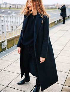 Classy but casual navy street outfit: long navy coat, loose cut blouse, slim cut pants / trousers and brogues. All Black Outfits For Women, Black Women Fashion, Looks Street Style, Looks Style, Fashion Mode, Fashion Outfits, Woman Outfits, Fashion Stores, Woman Clothing