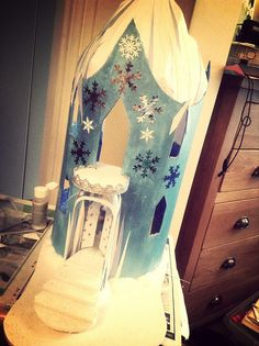 Elsa's ice castle cardboard play/doll house | Flickr - Photo Sharing! My amazing friend Lydia made this!!! She's the best!!