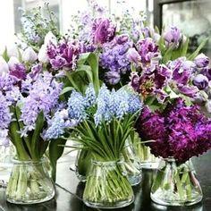 Muitas flores para alegrar esta sexta-feira! Tem um vasinho ou vidrinho charmoso sobrando? Decore com flores e leve boas energias para sua casa. Compartilhando esta imagem do @decor.online. Happy Friday! Contato: haphomedecor@gmail.com #happy #haphome #haphomedecor #mesaposta #tableware #flores #flowers #toalhasdemesa #toalhasdemesasobmedida #trilhosdemesa #caminhosdemesa #tablerunners #jogosamericanos #placemats #guardanapos #napkin #portaguardanapos #alugueldetoalhas #alugueldeguardanapos