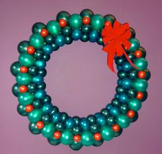 Excellent step-by-step instructions how to make a Christmas Balloon Wreath  #christmas #balloondecor #diy