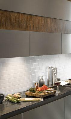 Selbstklebende weiße Fliesen, mit ein paar Handgriffen den Küchenspiegel/Spritzschutz erneuern für ein modernes Küchen-Design.