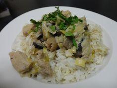 Toujours à la recherche de plats simples et rapides à préparer, j'ai découvert cette délicieuse recette sur le joli blog A Table et Vous. C'est un plat économique, parfait pour régaler toute la famille !! Ingrédients : - 4 escalopes de porc - 2 poireaux...