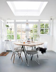 steigerhouten ronde eettafel met witte stoelen
