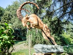 Ibex - Ein Alpensteinbock in vollem Angriff. Native American Indians, Outdoor Furniture, Outdoor Decor, Bowls, Stones, Art, Serving Dishes, Native Indian, Native Americans