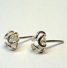 Zilveren oorstekers.