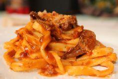 Gli scialatielli sono un formato di pasta fresca usato nella cucina campana, tipici di Amalfi Italian Style, Amalfi, Italian Recipes, Food And Drink, Pasta, Cooking, Ethnic Recipes, Gastronomia, Kitchen