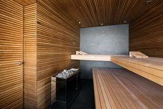 Als Rückwand der Sauna ist eine einteilige grossformatige Natursteinplatte eingebaut.