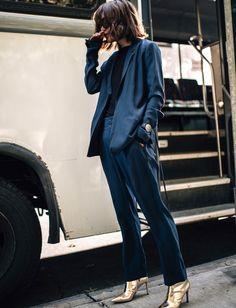 Rien de tel qu'une paire de boots dorées pour booster la dégaine d'un costume bleu pétrole (photo Z Hours)