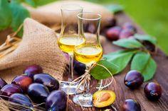 Domowe nalewki przepisy ze śliwkami Russian Recipes, White Wine, Alcoholic Drinks, Food And Drink, Vogue, Fruit, Cheese, Crystal, Glasses