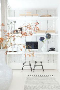 Witte werkplekken zijn een oase van rust, van vloer, en muur tot bureau en kast. Alles wit, zodat je kunt werken zonder visuele afleidingen.