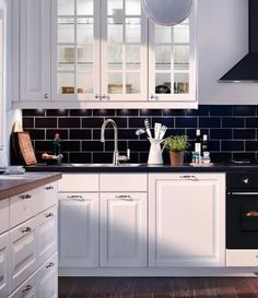 10 Kitchen Design Photos, From Classic To Contemporary: Kitchen Design Photos: Traditional Black and White