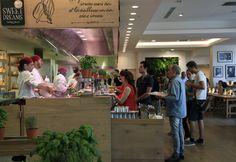 Vapiano : UN DESIGN SIGNÉ MATTEO THUN Sobre, communicatif, gai et vivant Vapiano incarne le plaisir de manger, de voir les chefs cuisiner, l'amour des produits frais et la communication, sans oublier le plaisir d'être ensemble. Ce plaisir se reflète dans l'architecture intérieure des restaurants Vapiano : des endroits où il fait bon partager un repas et communiquer, le tout dans une ambiance cosmopolite.