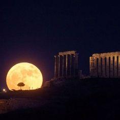 Beautiful moon rise over the Poseidon Temple, Greece. Beautiful Moon, Beautiful World, Moon Rise, Super Moon, Stars And Moon, Belle Photo, Full Moon, Big Moon, Night Skies