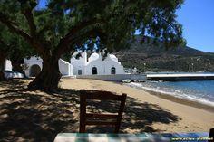 La plage et l'eglise de Vathi - Sifnos - Cyclades - Grece