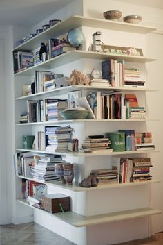 Great Idea: Wrap Around corner bookcase #decor #shelving #estante  Now I just need to find a corner!