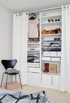 Hoe creëer je ruimte in een garderobe van een klein aantal vierkante meters? Je hoeft niet jaloers te zijn op Carrie's closet, met een paar leuke sorteerdozen en goede interieurtips verdwijnen die stapels schoenen en kledingstukken als sneeuw voor de zon!