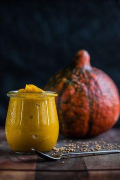 I poslední díl říjnového vaření s blogerkou Pavlínou bude hezky podzimní – připravíme si s ní pikantní dýňovou hořčici, která skvěle doplní voňavé masové pečínky i aromatické sýry. Pojďme na to! Clean Recipes, Pavlova, Mustard, Pear, Food And Drink, Pumpkin, Carving, Treats, Homemade
