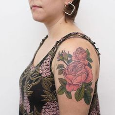 #rosainglesa para Lore ❤   Gracias hermosa! Por haber viajado desde Chile a tatuarte conmigo ❤ mi corazón estalla!   PD: Perdón la demora con la foto.    #tattoodesign #belpainefilu #flowertattoo #botanicaltattoo #truelove #equilattera #tattooargentina #TAOT #botanical #botanicaltattoos #rosastattoo