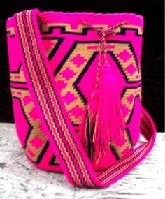 Mochilas wayuu, colombian bags, made by indigenas :La mochila La mochila es ejemplo de la integración de forma y sentido en un  objeto. Por su estructura cilíndrica entre los Arhuacos está asociada con la Madre Tierra y es símbolo de fertilidad y seno materno  (117). El tejido que se comienza por la base toma forma espiral, lo  cual se relaciona con el caracol, símbolo de vida y con el mito de  origen del ser superior Serankúa, quien creó el mundo (118).