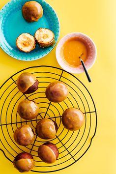 Omar-munkki saa samettisen kuorrutteensa suositusta kermakaramellista. Syntisen herkullisen pikkumunkin sisältä paljastuu haukatessa suolakinuskitäyte. Pretzel Bites, Food, Essen, Meals, Yemek, Eten
