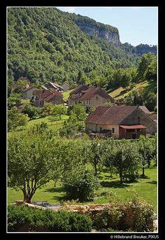 Baume les Messieurs ligt in een keteldal en is een gezellig dorpje. In de omgeving kun je fijn wandelen. Er zijn grotten en een prachtige waterval - Alpen en de Jura Columbus Travel, Waterfall, Mountains, Nature, Tourism, Earth, Law School, Naturaleza, Waterfalls