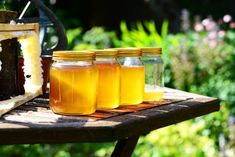 These raw honey benefits are impressive. Raw food lovers praise raw honey, ground up honeycomb, for its nutritional value and for good reason. Leaky Gut, Natural Health Remedies, Herbal Remedies, Scar Remedies, Fake Honey, Buy Honey, Natural Honey, Honey Lemon, Harvesting Honey