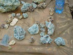 Сростки призматических кристаллов ярко-голубого берилла с белым топазом и серым мелким кварцем. Это лучший коллекционный материал, добытый в этом году на Шерловке.