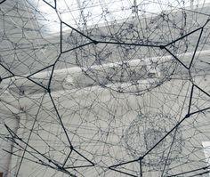 Tomás Saraceno - 14 Billones (2010) extensión de la obra: Galaxy Forming along Filaments, like Droplets along the Strands of a Spider's Web.