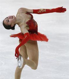 今季シニアにデビューしたアリーナ・ザギトワ。美少女選手として注目を集めているだけでなく、ロシアの平昌五輪候補にも挙げられている(AP) Ice Girls, Girls Golf, Ice Skating, Figure Skating, Foto Sport, Alina Zagitova, Kim Yuna, Maid Cosplay, Medvedeva