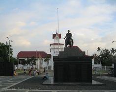 Monument in honor of Emilio Aguinaldo on the grounds of Aguinaldo Shrine. Emilio Aguinaldo, Filipino, Statue Of Liberty, Philippines, Adventure, Travel, Statue Of Liberty Facts, Viajes, Statue Of Libery