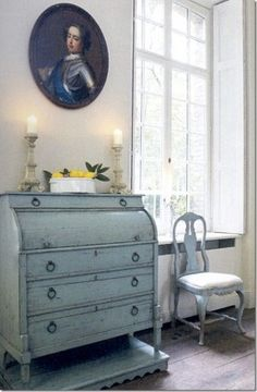 Love the look...you can get this with Chalk Paint® decorative paint by Annie Sloan in Louis Blue.